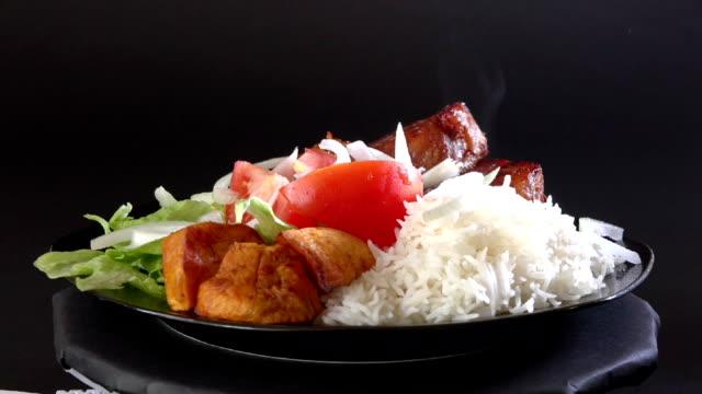 vidéos et rushes de cuisine cubaine: friture viande de porc - salade verte