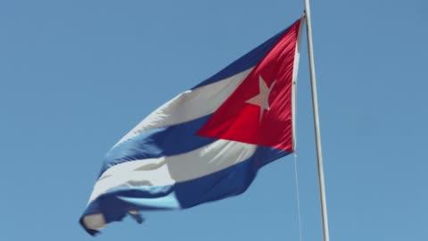 vidéos et rushes de drapeau cubain contre le ciel - lieu touristique