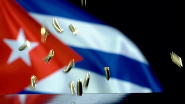 vidéos et rushes de drapeau cubain derrière des balles tombant au mouvement lent - révolution cubaine