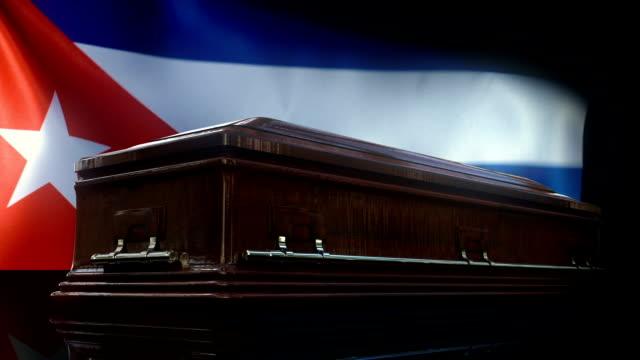 stockvideo's en b-roll-footage met cubaanse vlag achter de doodskist - koude oorlog