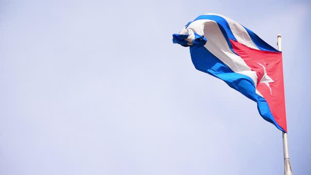 vídeos y material grabado en eventos de stock de cuban flag flying in the wind - filtración de luz