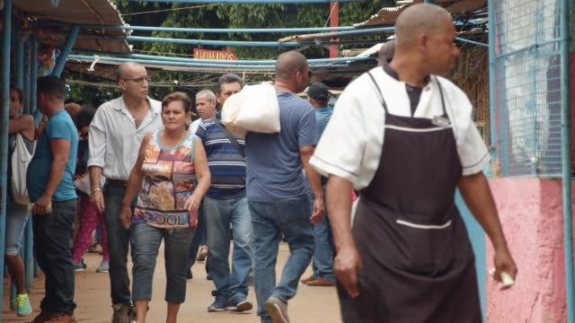 cuban people at a havana street market. slow motion - bロール点の映像素材/bロール