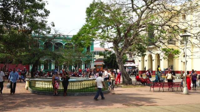 stockvideo's en b-roll-footage met cubaanse volk in het centrum van santa clara, kuba - cuba