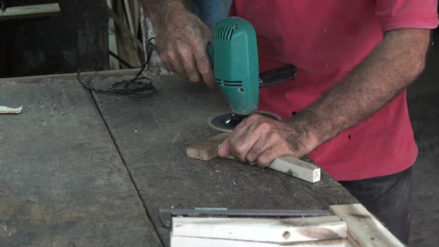 vidéos et rushes de cuban people lifestyles and work settings: working in carpentry shop - vue partielle