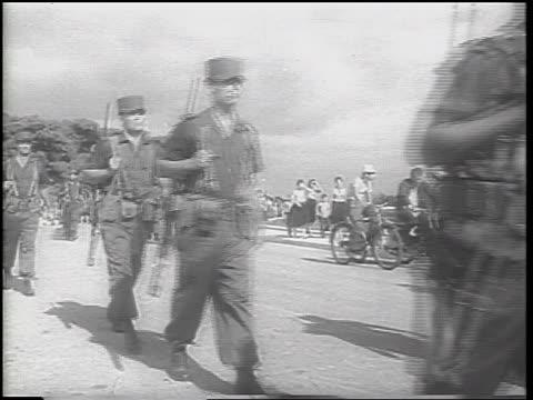 cuban soldiers in uniforms carrying guns marching past camera / cuban missile crisis - 1962 bildbanksvideor och videomaterial från bakom kulisserna