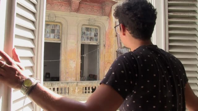 cubanos que habian emigrado regresan a la isla atraidos por las aperturas migratoria e inmobiliaria que les permiten instalar negocios que impulsan... - djurbeteende bildbanksvideor och videomaterial från bakom kulisserna