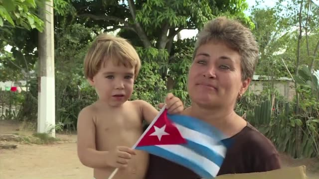 stockvideo's en b-roll-footage met cubans from a small town about 100 kilometers from the deceased communist leader's birthplace are getting ready to receive the funeral procession... - geboren in