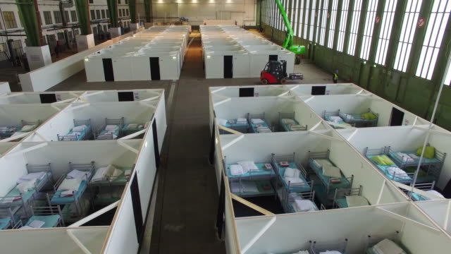 vídeos y material grabado en eventos de stock de cubicles furnished with bunk beds stand ready to accommodate refugees and asylum applicants in hangar 6 of former tempelhof airport on february 11... - refugiado