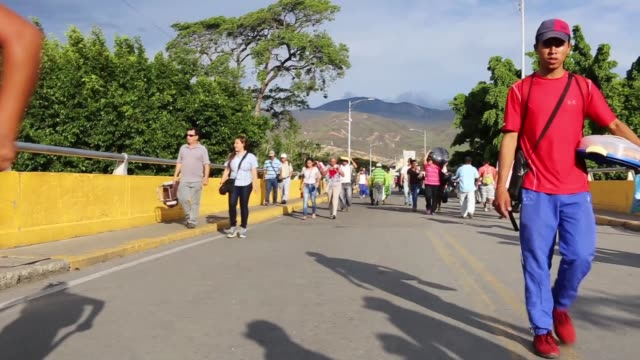 cucuta is in colombia on the venezuelan border and many economic and political refugees are coming across every day most of the bridge pedestrian... - 難民点の映像素材/bロール