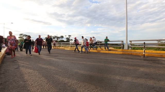 stockvideo's en b-roll-footage met cucuta is in colombia on the venezuelan border and many economic and political refugees are coming across every day most of the bridge pedestrian... - vluchteling ontheemden