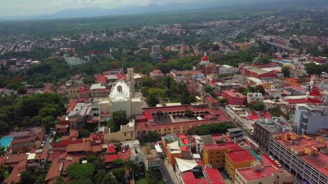vídeos de stock, filmes e b-roll de cuernavaca downtown aerial view - água parada