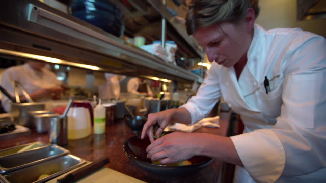 stockvideo's en b-roll-footage met culinary art - kok