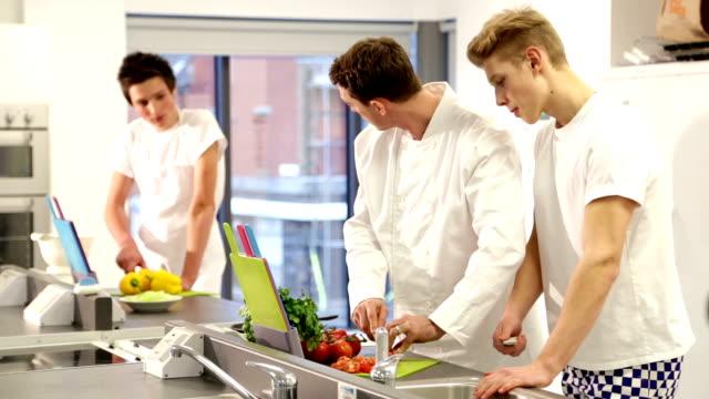 École culinaire Intructor enseigner à des étudiants de cuisine professionnelle