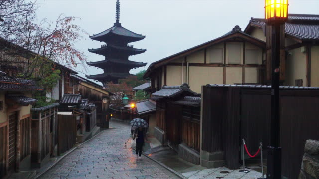 stockvideo's en b-roll-footage met culture street front of yasaka shrine pagoda in the morning - stadsweg