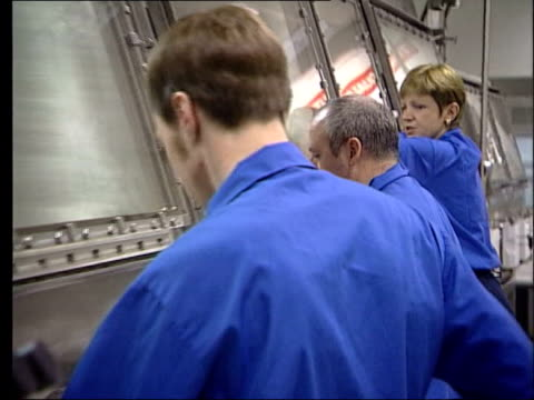 stockvideo's en b-roll-footage met lib england cumbria sellafield int side ms nuclear workers at shielded cabinets zoom in cs mox pellets encased in glass held by gloved hands order... - plutonium