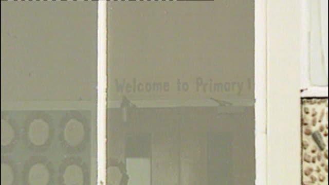 gun laws date scotland dunblane sign for primary school seen through window - ダンブレーン点の映像素材/bロール