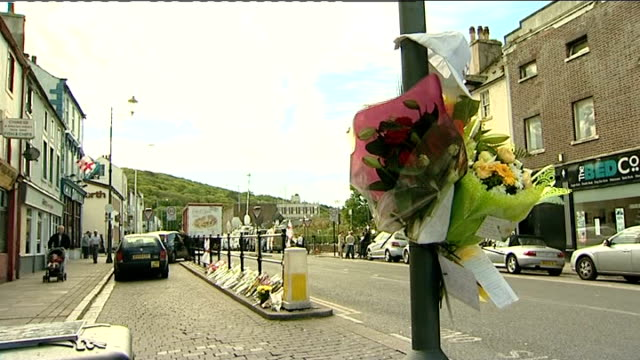 pressures on derrick bird england cumbria whitehaven ext flowers attached to lamp post and lining taxi rank where darren rewcastle was shot dead by... - derrick bird cumbria stock-videos und b-roll-filmmaterial