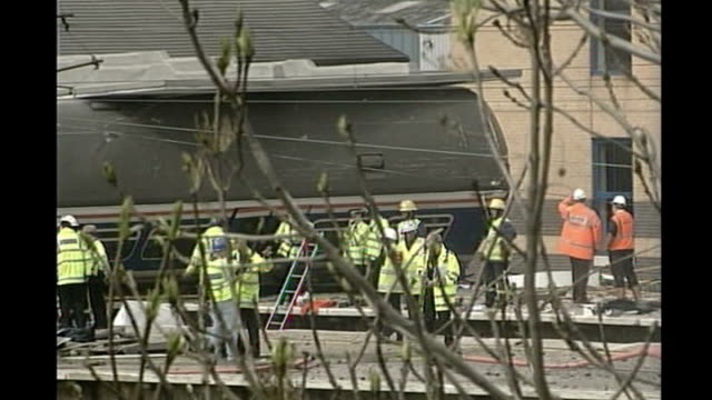 cumbria virgin train crash: track inspection could have prevented accident; tx 10.5.02 hertfordshire: potters bar: derailed west anglia great... - 脱線点の映像素材/bロール