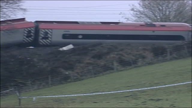 cumbria virgin train crash: track inspection could have prevented accident; tx 24.2.2007 england: cumbria: grayrigg: ext/day train tracks derailed... - 脱線点の映像素材/bロール