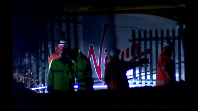 cumbria virgin train crash: track inspection could have prevented accident; r23020705 grayrigg: night emergency services personnel at scene of... - 脱線点の映像素材/bロール