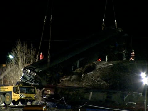 stockvideo's en b-roll-footage met virgin train derailment operation starts to remove carriages from scene england cumbria grayrigg large cranes at work at site where virgin pendolino... - hijsen