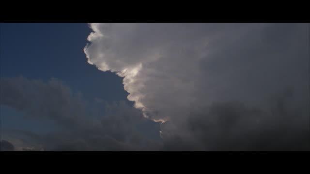 vídeos y material grabado en eventos de stock de ws, cumulus clouds against sky - formato buzón