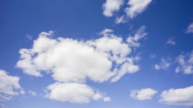 vidéos et rushes de cumulus nuages et ciel bleu - ciel seulement