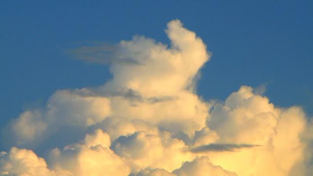Cumulus Wolken bei Sonnenuntergang