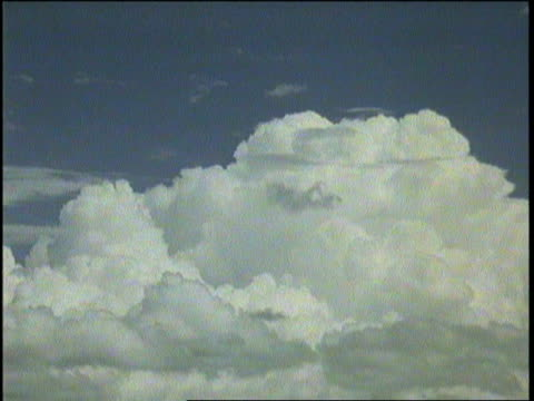 cumulus clouds billow in the sky. - televisione a ultra alta definizione video stock e b–roll