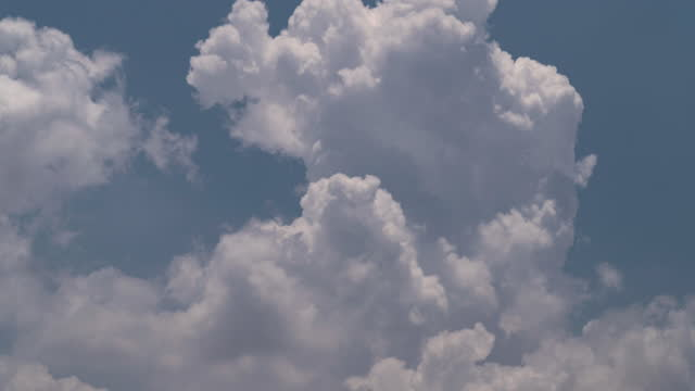 cumulus wolken explodieren - cumulus stock-videos und b-roll-filmmaterial