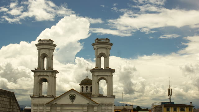 vidéos et rushes de cumulus clouds forming in the afternoon behind santo domingo church in latacunga - clocher élément architectural