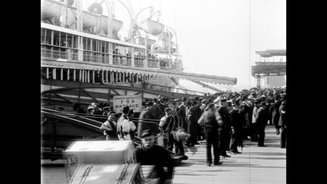 vídeos de stock e filmes b-roll de cunard mail steamer lucania leaving for america 1901 - liverpool inglaterra