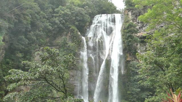 cunca rumi waterfall flores. - フロレス点の映像素材/bロール