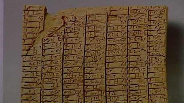 cuneiform tablet. close up of clay tablet with cuneiform script. - 足根点の映像素材/bロール