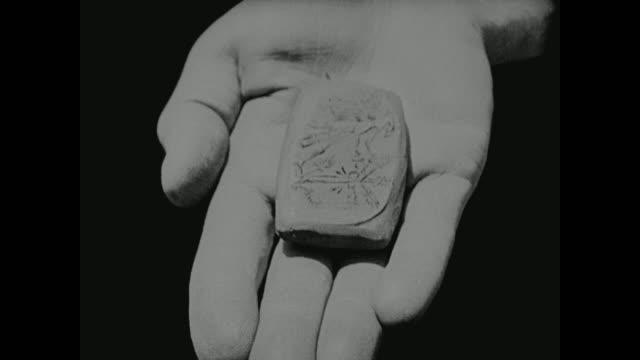 a cuneiform tablet is created in babylon - 足根点の映像素材/bロール