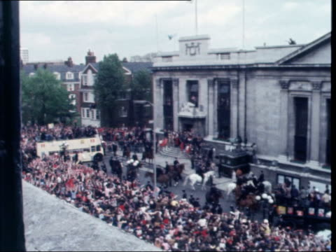 vídeos de stock e filmes b-roll de a: england: london: islington: ext bus corners r-l with mounted escort: pan to mounted policeman by crowds: arsenal players on bus towards with... - bob wilson futebol