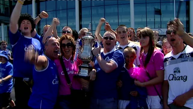 chelsea vs everton; england: london: wembley stadium: ext everton fans holding replica fa cup and singing sot woman taking photograph of group of... - リチャード・パロット点の映像素材/bロール
