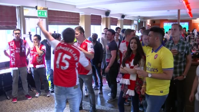 stockvideo's en b-roll-footage met arsenal fans watch match in pub ***includes more fans - fa cup