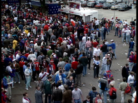vídeos y material grabado en eventos de stock de british fans; itn england: wembley: ext intw ch insp micheal mccann that there is no trouble at the moment or in pubs, problems with ticket touts and... - barra futbol