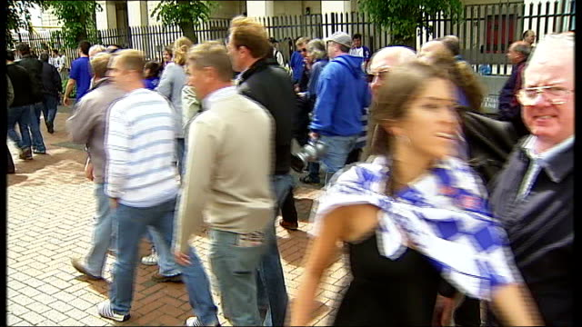 chelsea and manchester united fans arriving at wembley; crowds of manchester united and chelsea supporters along singing and chanting sot / fans... - final round stock videos & royalty-free footage