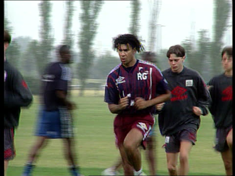 london chelsea chelsea players training including gianluca vialli gianfranco zola paul parker and mark hughes gianluca vialli intvwd i can come in... - チェルシーfc点の映像素材/bロール