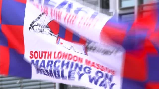 manchester utd v crystal palace closeup crystal palace flag - itv london tonight weekend点の映像素材/bロール