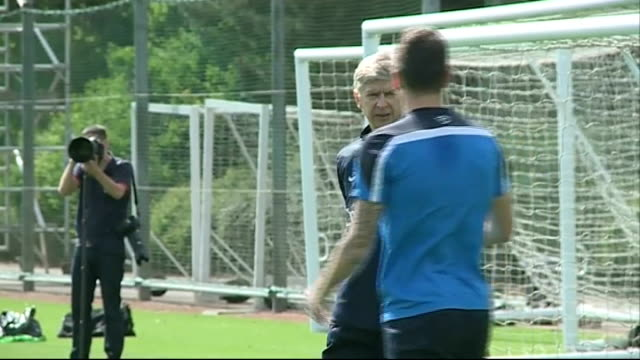 arsenal face hull city hertfordshire london colney ext arsene wenger on pitch during training - アーセン・ベンゲル点の映像素材/bロール