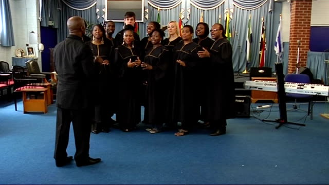 cup final preview; england: london: int general view and close ups of london community gospel choir singing 'abide with me' sot - ロンドン コミュニティ ゴスペル クワイア点の映像素材/bロール
