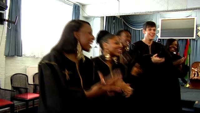 cup final preview; london community gospel choir singing 'chelsea' and 'everton' sot - ロンドン コミュニティ ゴスペル クワイア点の映像素材/bロール