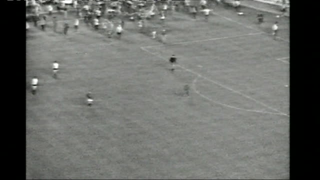 stockvideo's en b-roll-footage met rangers fans arrive in manchester 1972 spain barcelona b/w footage of rangers beating moscow dynamo to win the european cupwinners' cup fans invading... - 1972