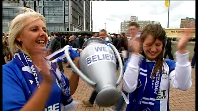 stockvideo's en b-roll-footage met wigan athletic beat manchester city england london wembley stadium ext wigan fans holding inflatable trophy with slogan 'we believe' and singing song... - fa cup