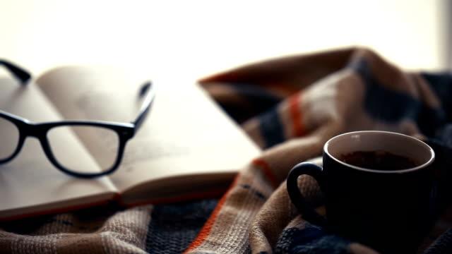 Tasse schwarzen Kaffee in vor dem Fenster.