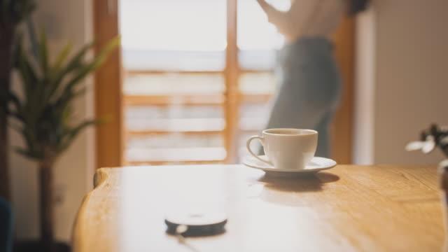 vídeos y material grabado en eventos de stock de taza de café ms contra una mujer usando un teléfono en el fondo - menos de diez segundos