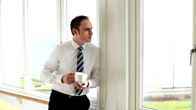 tasse kaffee vor der arbeit - hemd und krawatte stock-videos und b-roll-filmmaterial